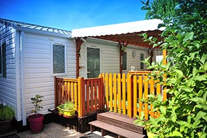 Mobile home rental with wooden terrace